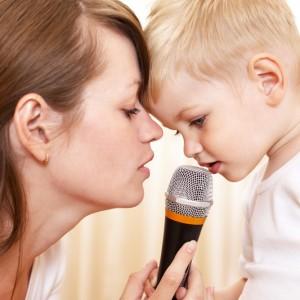 мама-учит-малыша-правильно-говорить